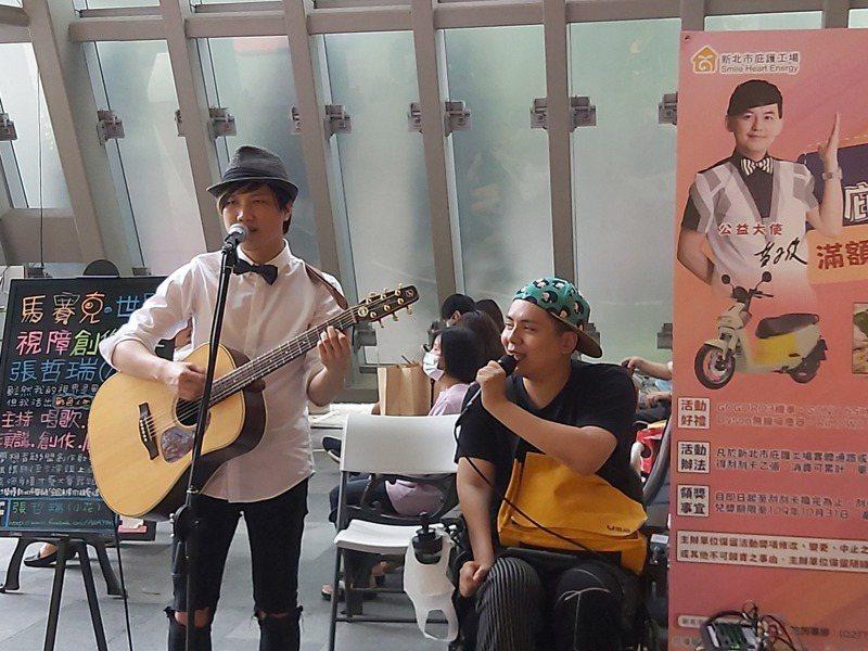 新北勞工局與連鎖量販賣場合作,提供身障街頭藝人固定演出機會。圖/新北勞工局提供