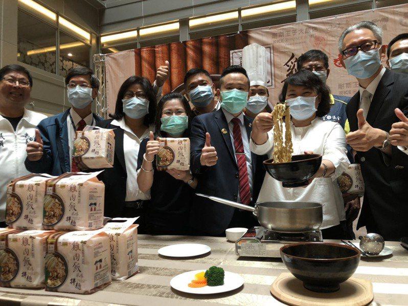 嘉義市長黃敏惠(右二)昨天與飯店和餐飲業者,一同宣傳雞肉飯風味的拌麵。記者李承穎/攝影