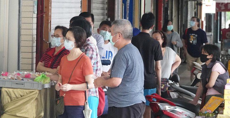 口罩管制令昨解除,開放自由買賣,一家超商下午三點開放預購,時間還沒到就有民眾排隊買口罩。記者潘俊宏/攝影