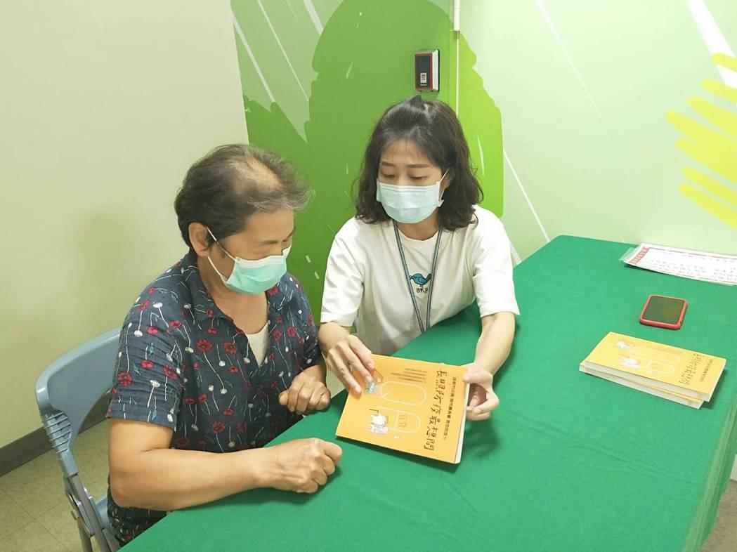 新竹市衛生局發表以QA形式集結而成的「長照防疫最想問」一書,靠這本工具書閱讀,就...