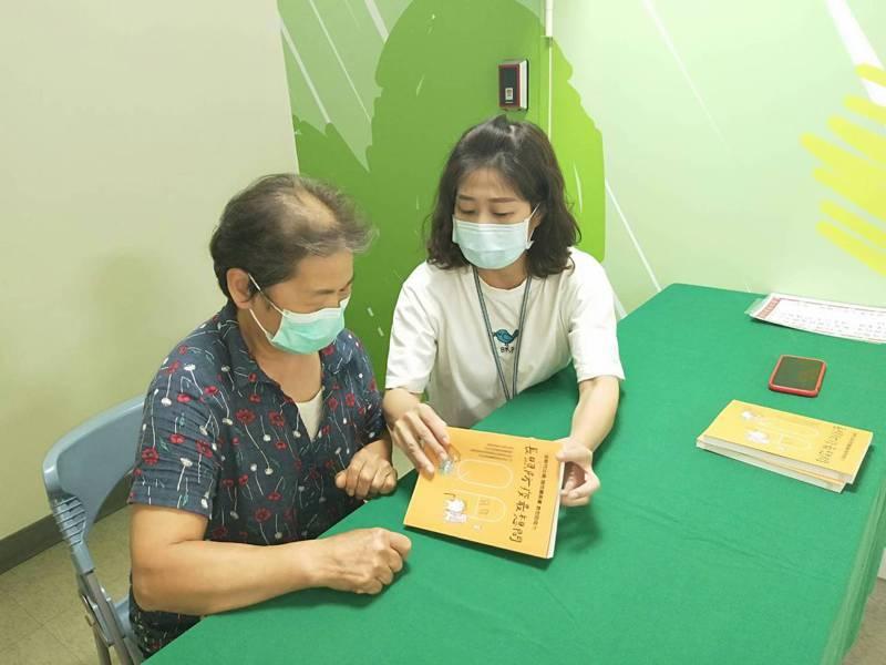 新竹市衛生局發表以QA形式集結而成的「長照防疫最想問」一書,靠這本工具書閱讀,就能得到最適切的解答。圖/新竹市政府提供