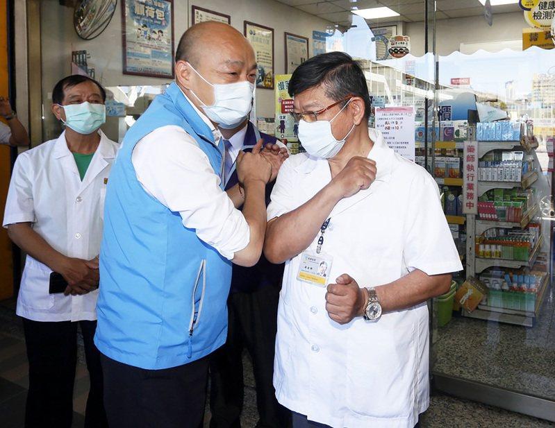 高雄市長韓國瑜(左二)昨天到九如二路藥局,感謝疫情期間的付出與貢獻。記者劉學聖/攝影