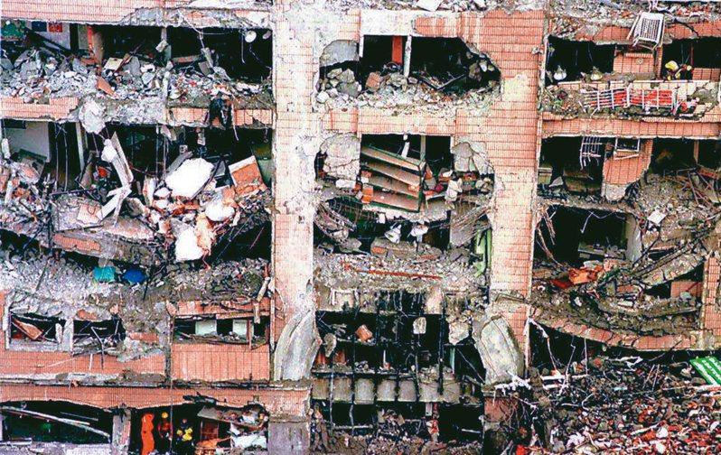 圖為九二一地震震垮台北市東星大樓,隔鄰大樓外觀支離破碎。 本報資料照片
