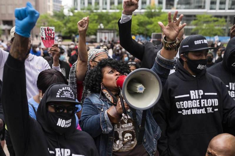 非裔黑人佛洛依德(George Floyd)之死讓美國種族歧視問題再浮現,不少球星都挺身而出聲援。 法新社