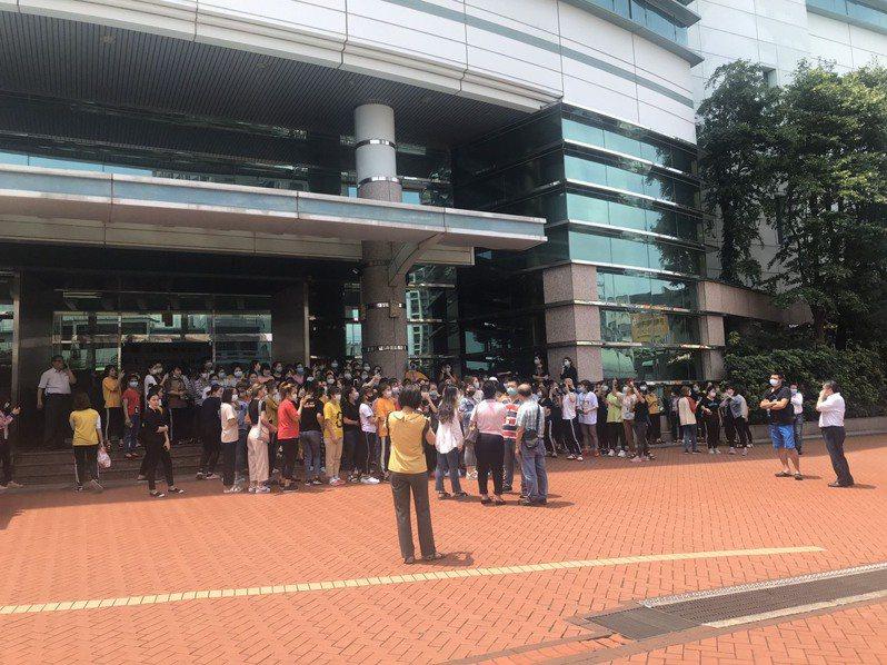 越南移工上午在仁寶桃園市平鎮廠罷工抗議。 圖/「越南移民移工辦公室」提供