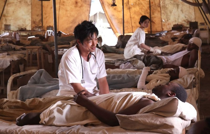 新北市「府中15」6月主題影展「醫療最前線」,除選映台灣紀錄片,還播出改編自日本真實故事的「仁醫,迎風而立」(圖),描繪前往非洲肯亞行醫的日本醫生,拯救少年游擊隊員的故事。圖/文化局提供
