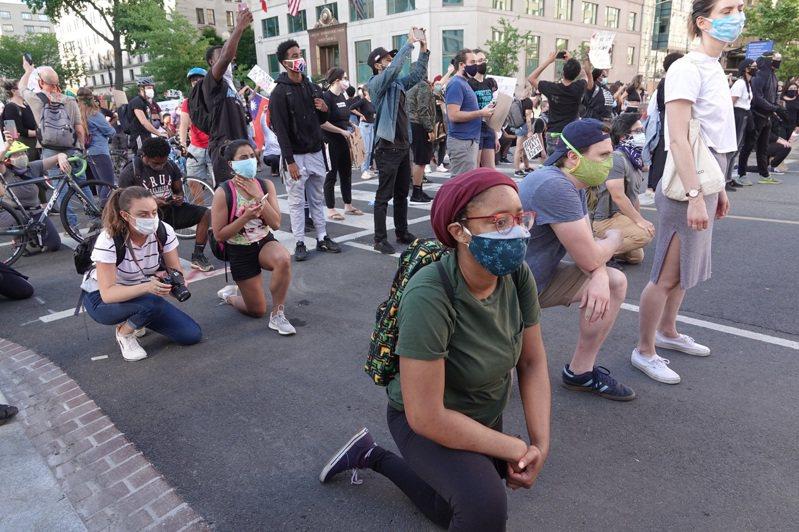 美國白宮前抗議活動持續中,警方施放催淚瓦斯驅離抗議民眾。記者張文馨/攝影
