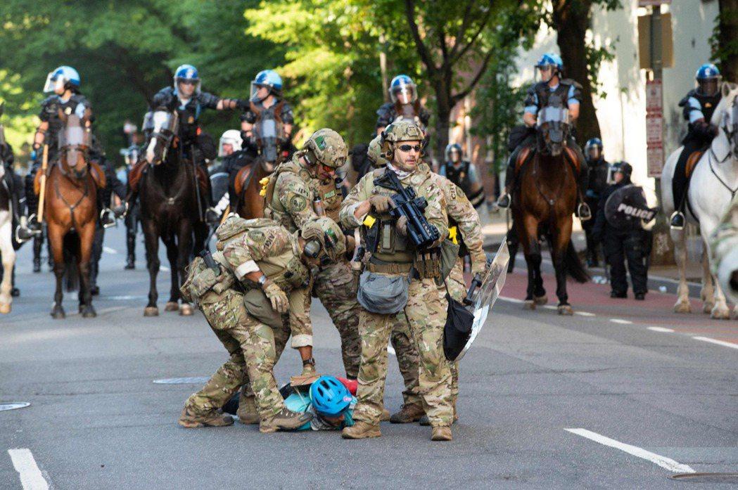 圖為白宮附近的憲兵正在抓人。 圖/法新社