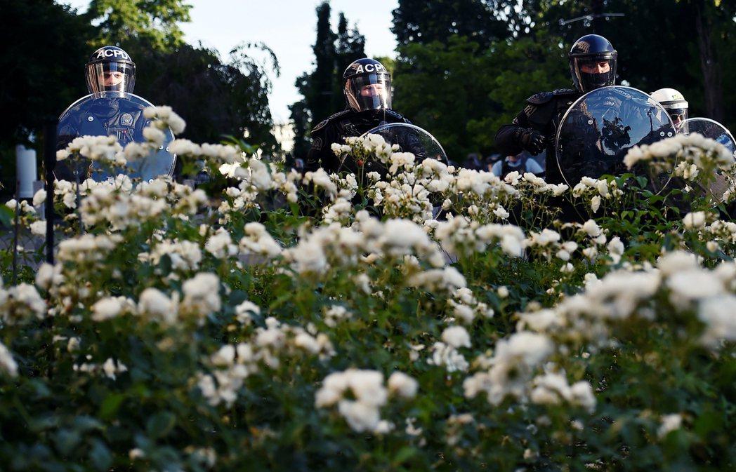 圖為白宮外的鎮暴警察。 圖/法新社