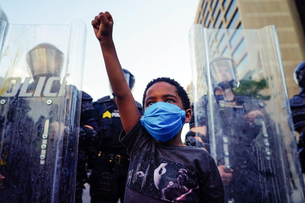一名黑人孩童,在喬治亞州參與街頭抗議。 圖/法新社