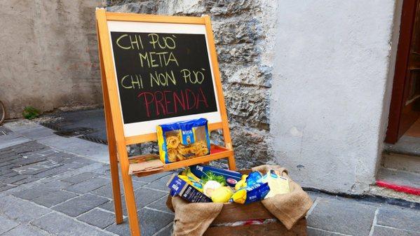 街坊互助的小黑板寫著:「有能力的,施予;沒辦法的,拿吧!」 圖/鄭傑憶攝影