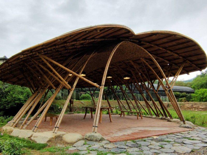 南投埔里桃米紙教堂近期全新打造竹構涼亭「夢蝶亭」和「蝶夢亭」,為地方再添一處新地...