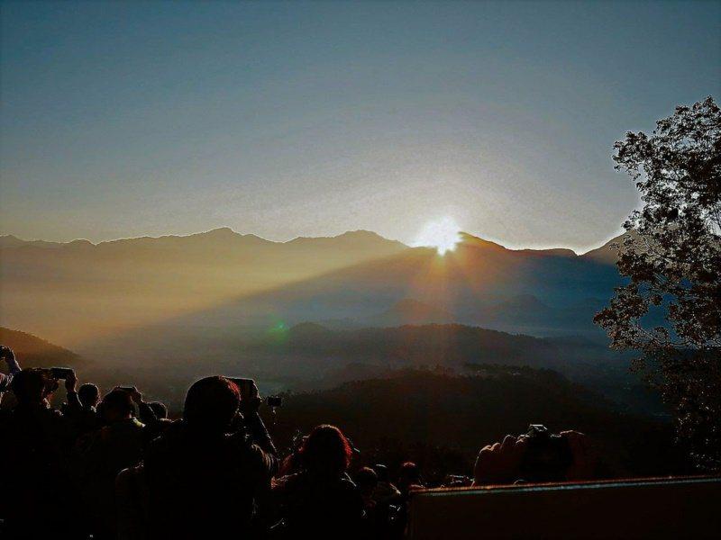 南投魚池「金龍山」海拔僅820公尺,卻坐擁雲海、琉璃光、曙光晨曦等絕美景致。 圖...