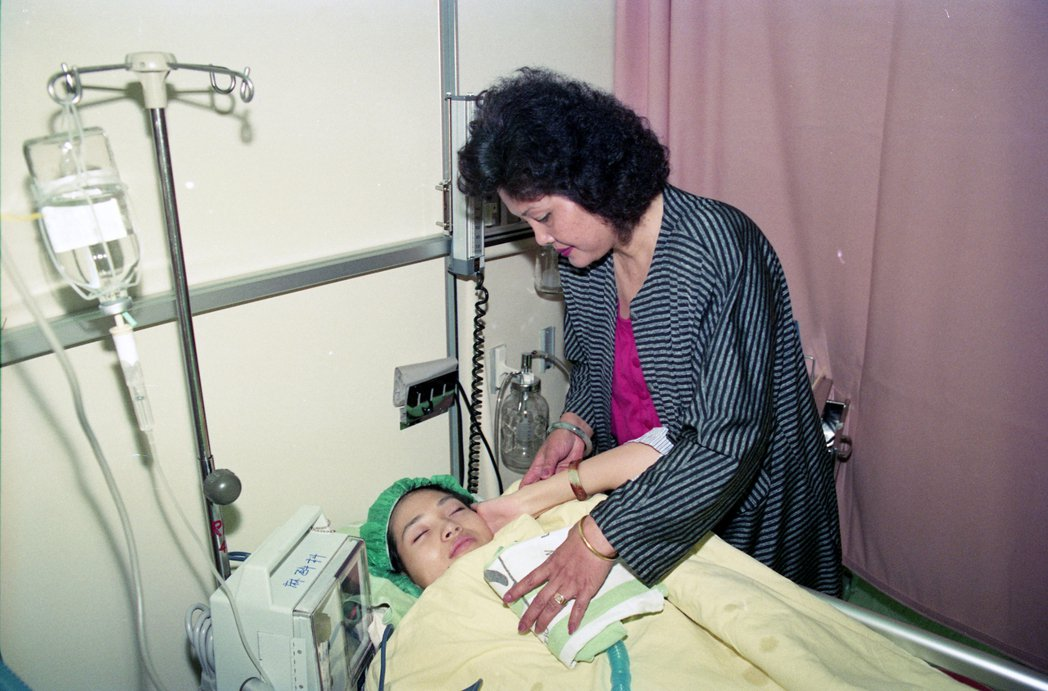 1992年,方季惟罹患甲狀腺癌,因病情惡化在台大醫院進行開刀手術治療。圖為方季惟...