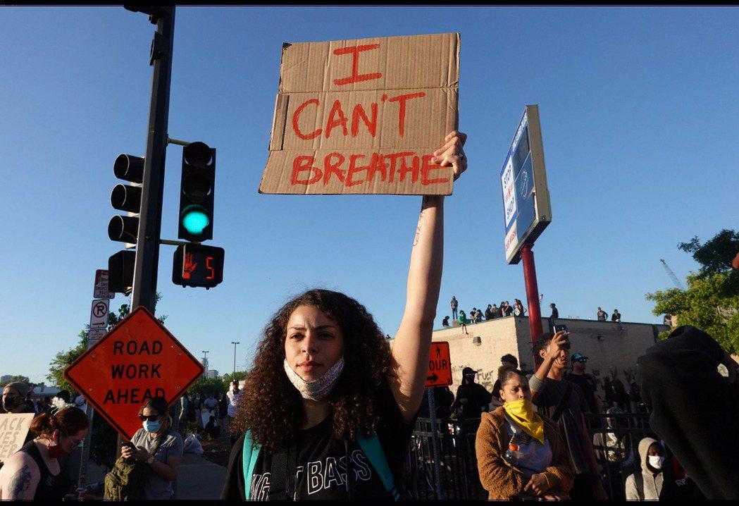 46歲非裔男子喬治佛洛伊德遭白人警察執法過當致死,引起大批民眾上街示威抗議。 圖...