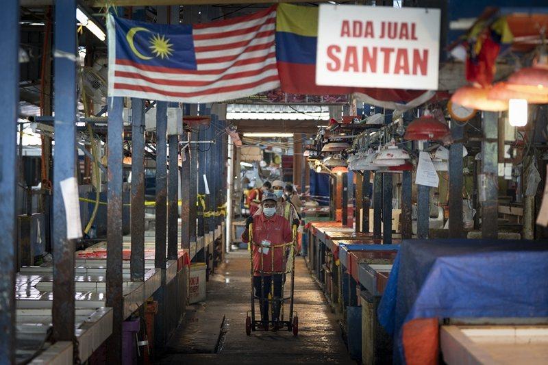 截至6月2日,馬來西亞的累積確診數已近8千人。圖攝於4月29日,吉隆坡。 圖/美聯社