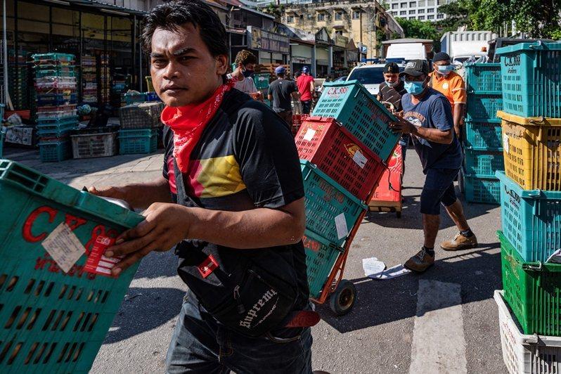 在馬來西亞,移工一直是一個「可被肉眼看見」的群體。圖攝於5月4日,吉隆坡。 圖/法新社