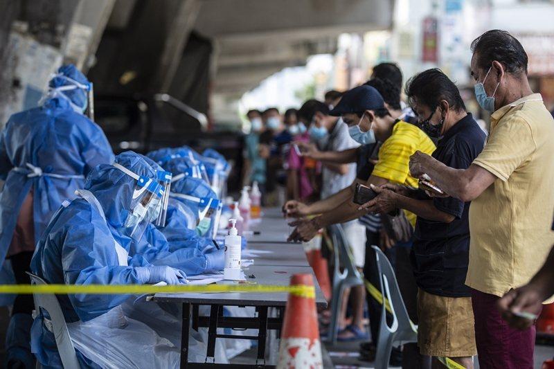 政府以防疫為由,下令聘用移工的企業必須先讓員工進行病毒檢測才能復工。圖攝於5月5日,吉隆坡。 圖/歐新社