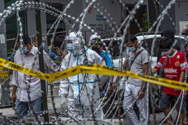 5月開始,執法人員以防疫之名,對無證件移工執行搜捕與拘留。圖攝於5月17日,吉隆坡。 圖/歐新社