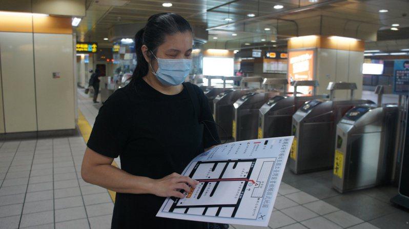視障者於臺北捷運永安市場站使用觸摸式地圖。(圖/國立臺灣圖書館 提供)