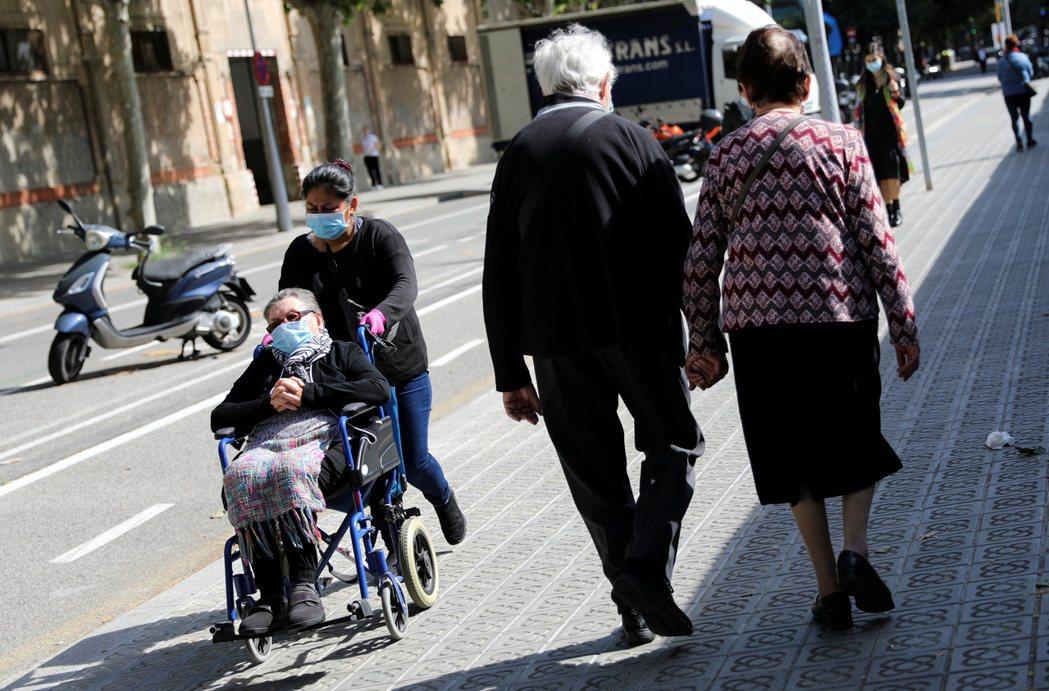 人行道是是確保身心障礙者、輪椅族群、嬰幼童與老年人,可以安全地在城市中自主移動的唯一方式。 圖/路透社