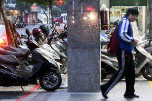 人行道停車格為何氾濫?回歸人本交通,空間也應有正義