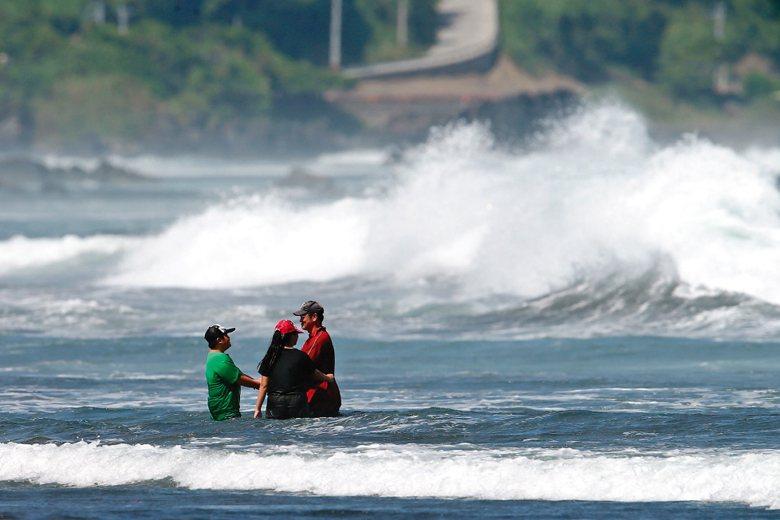 面對溺水意外頻傳,無論是增設警告標語或「強化」警示內容,都不能阻止意外的發生。 圖/聯合報系資料照
