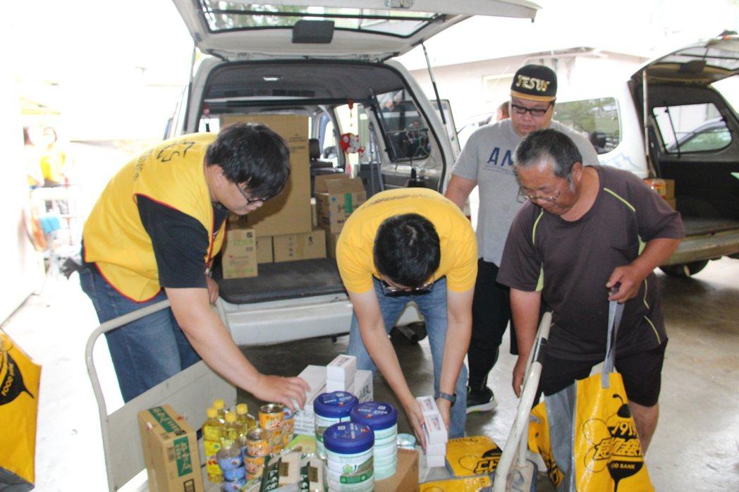 中彰投志工前往集散點領取食物包物資。基督教救助協會/提供