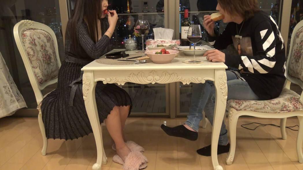 新冠肺癌疫情前,軟飯男都會到不同的富婆家裡,陪他們聊天、吃飯。圖/YouTube...