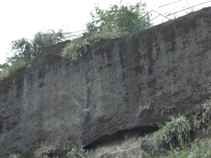 汐止區康寧街邊坡上面,整排的鐵欄杆破損傾倒,市議員白珮茹要求拆除。 圖/觀天下有線電視提供