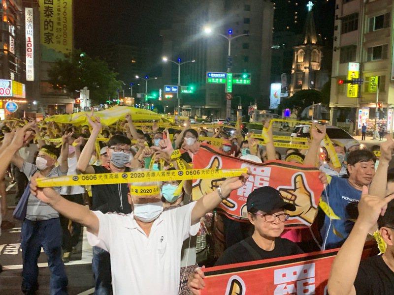 罷韓團體昨在愛河舉辦「夜光超級黃絲帶遊行」,高喊「六月六日、非韓不投」。記者徐如宜/攝影