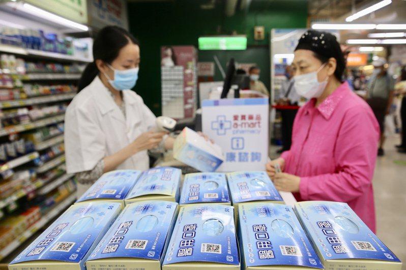 指揮中心於昨天解禁口罩販售管制,不少超市、量販賣場販售或預售口罩。記者林伯東/攝影
