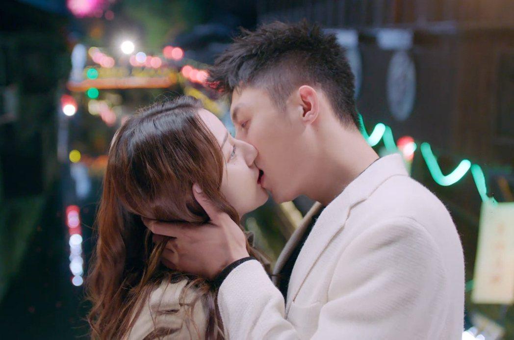 黃景瑜(右)、迪麗熱巴劇中浪漫接吻。圖/摘自網路