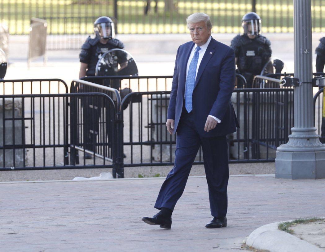 美國總統川普離開白宮步行到聖約翰公會教堂。歐新社