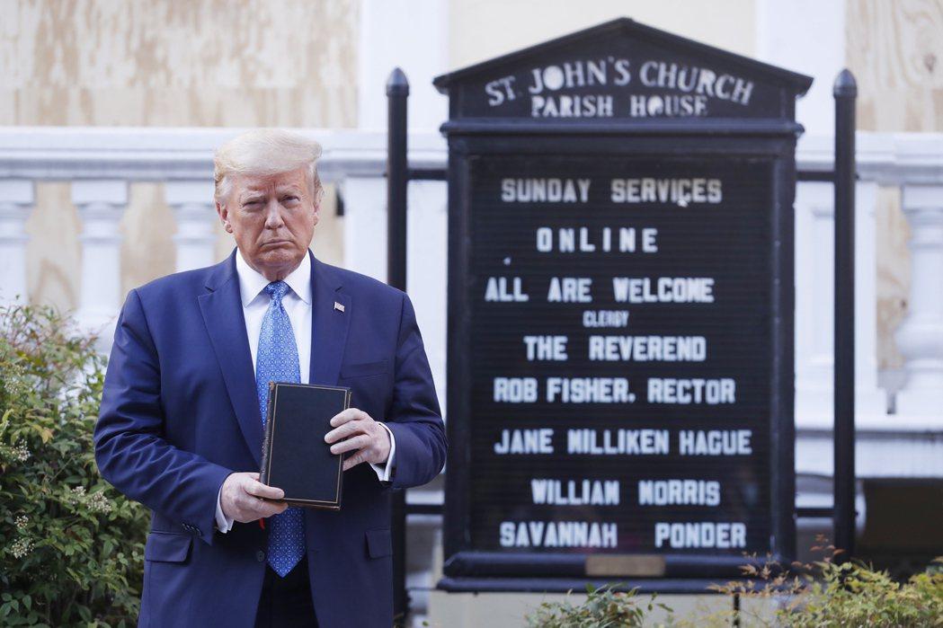 美國總統川普拿著聖經站在聖約翰教堂外。歐新社