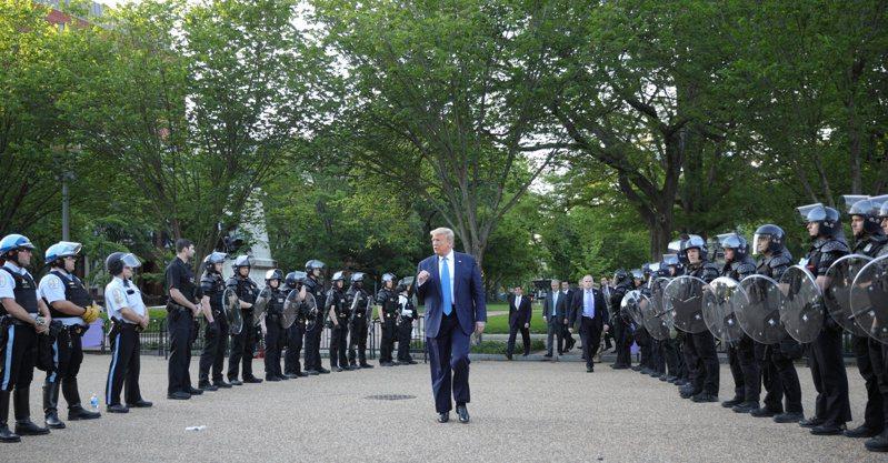 美國總統川普行經拉法葉公園步行到聖約翰公會教堂。路透