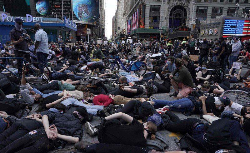 示威者在紐約時報廣場躺下,並將雙手放在身後,要求政府為佛洛德伸張正義。法新社