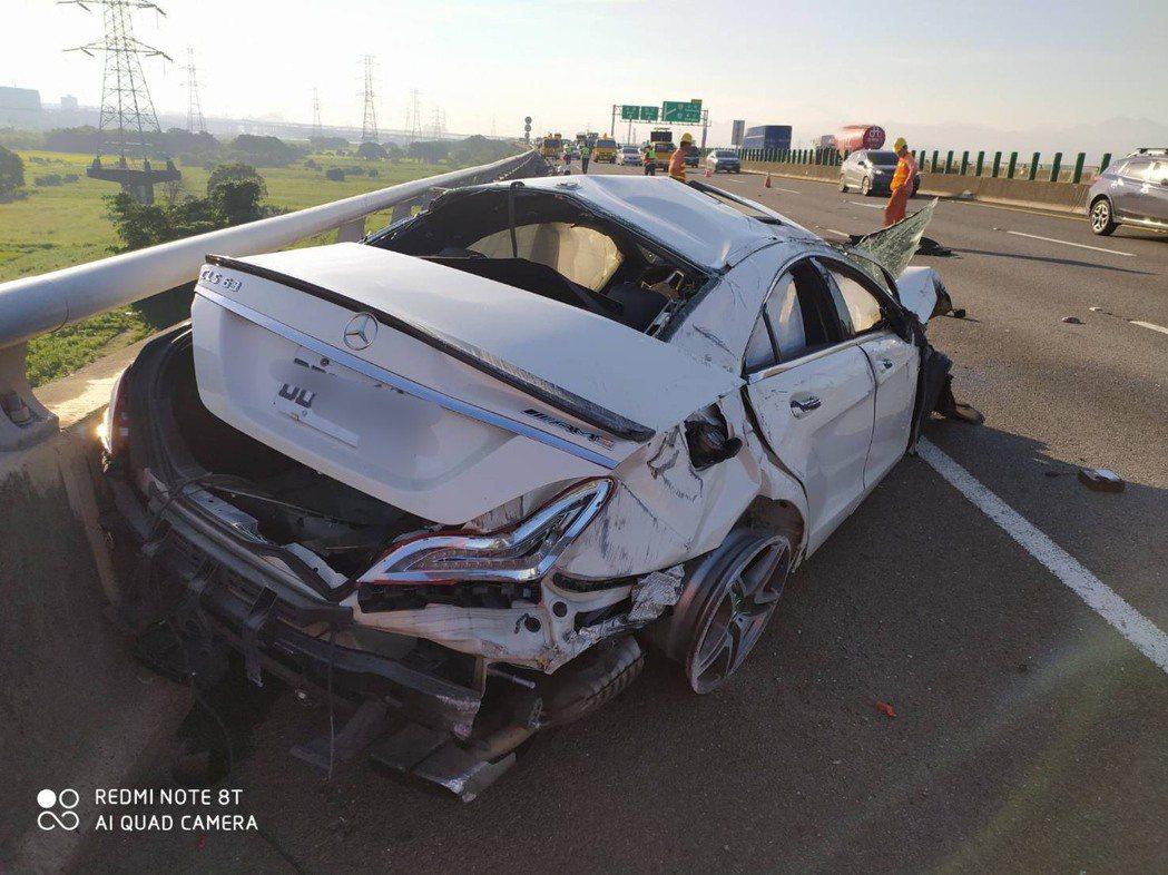 李姓男子駕駛賓士CLS63轎車,在自撞後,停於外線車道,車身嚴重毀損,李姓駕駛人...