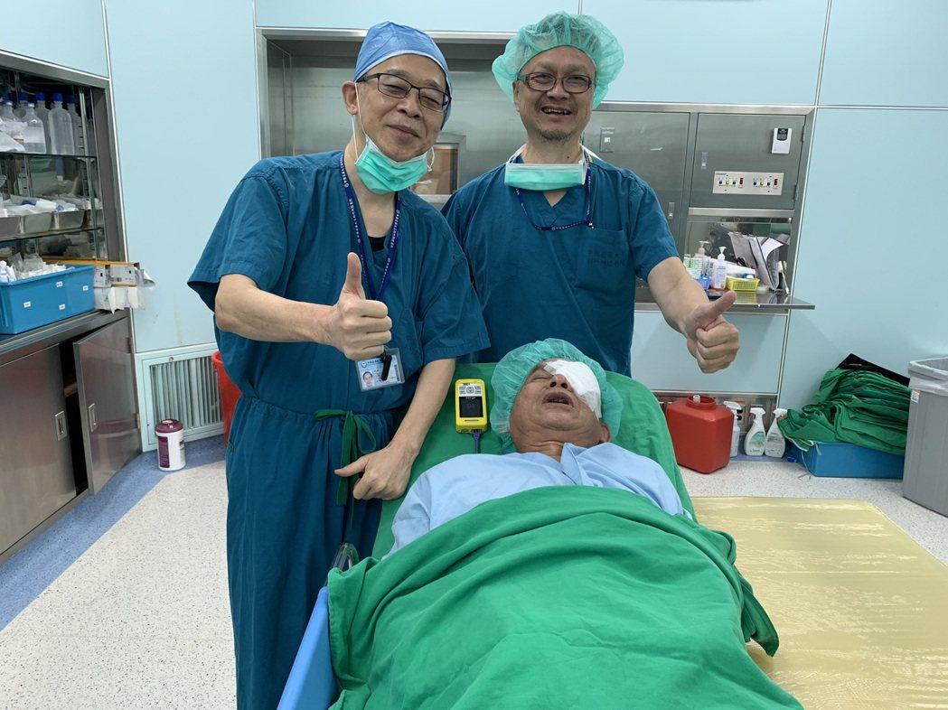 一名67歲的彭姓男子求診中國醫藥大學新竹附設醫院眼科主任陳瑩山(左),經確診需要...