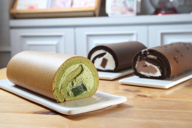 此次重新推出的「抹茶蕨餅」、「黑魔粒雙漩」與「生巧克力」生乳捲。記者陳睿中/攝影