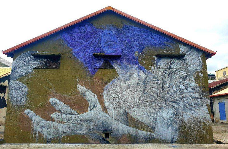 知名壁畫彩繪藝術家紀人豪利用池上舊穀倉外牆繪製的大型壁畫,流露濃濃的「希臘神話」風。圖/水保局台東分局提供