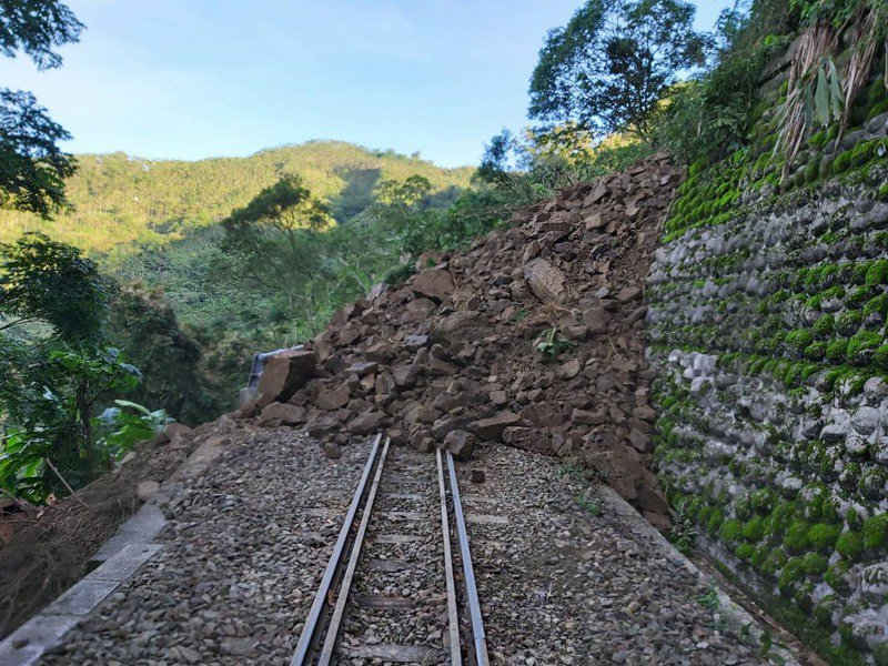 嘉義縣阿里山林鐵獨立山車站附近的26.88公里土石崩落,造成嘉義至十字路來回2班次列車停駛。圖/林鐵及文資處提供