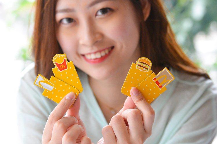 「暖心文具系列-磁鐵書籤」共有兩套組合,每套2入,各有不同的設計。圖/麥當勞提供