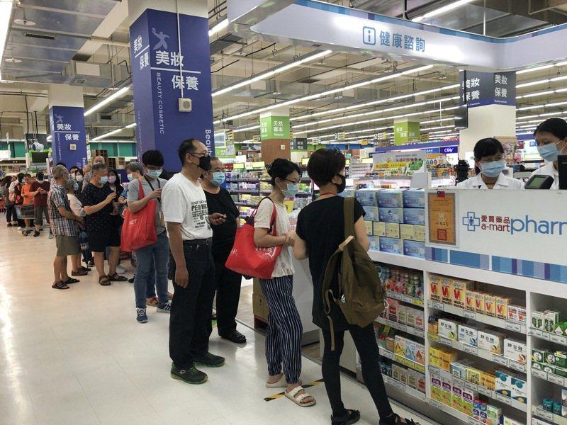 愛買量販6月1日開賣台灣製盒裝口罩,首批到貨2.5萬片,各門市於25分鐘內即售磬。圖/愛買量販提供