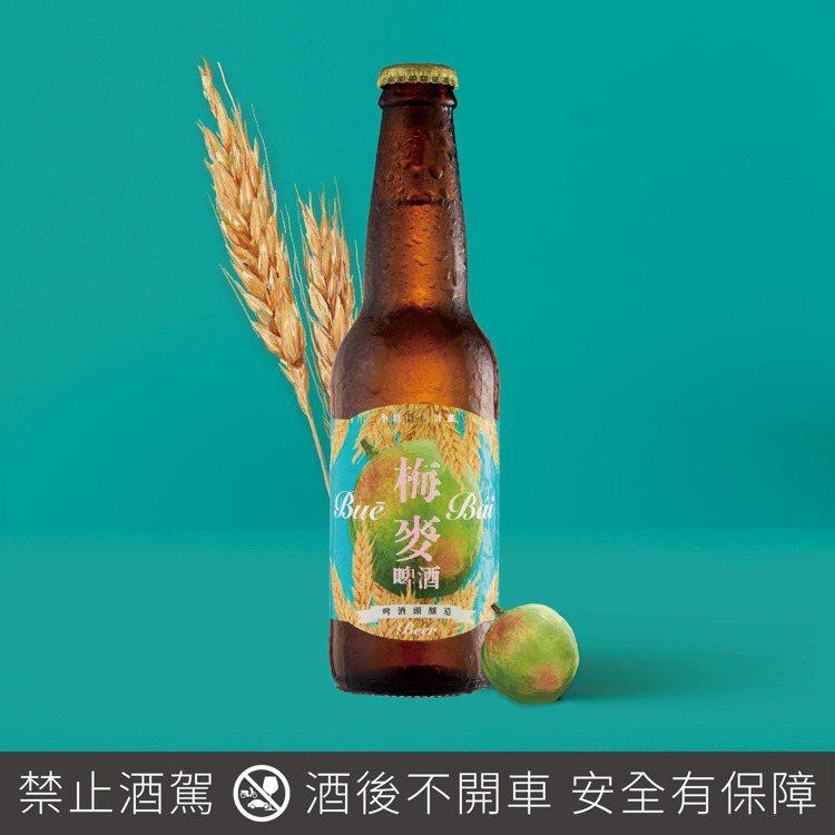 看準春梅盛產帶起的梅酒風潮,「啤酒頭」推出「梅麥 Buē Bái Beer」,每...