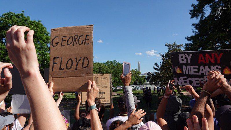 美國非裔男子佛洛伊德遭白人警察以膝壓頸窒息而死,在全美引發示威潮且暴力頻傳。聯合報系資料照/華盛頓記者張文馨攝影