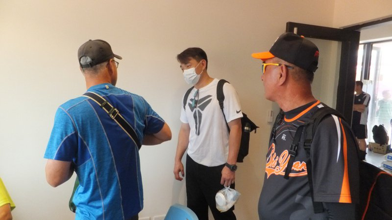 兄弟副領隊彭政閔(中)到平鎮球場觀察青棒球員,和棒界前輩打招呼。記者藍宗標/攝影