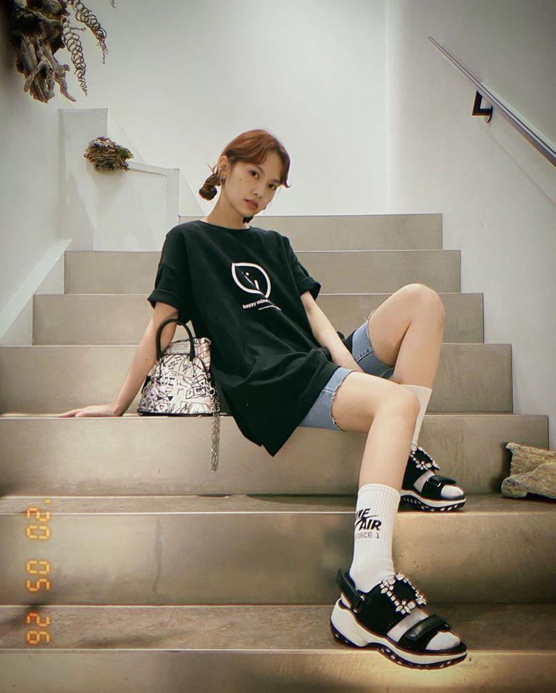 楊丞琳最近常穿Roger Vivier Viv' Run休閒涼鞋。圖/摘自IG