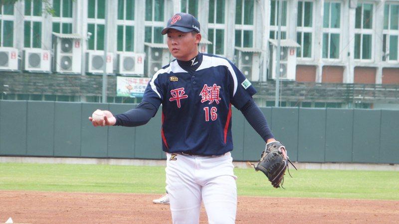 桃園市隊投手洪宸毅中繼3.2局奪勝,認為控球有進步。記者藍宗標/攝影