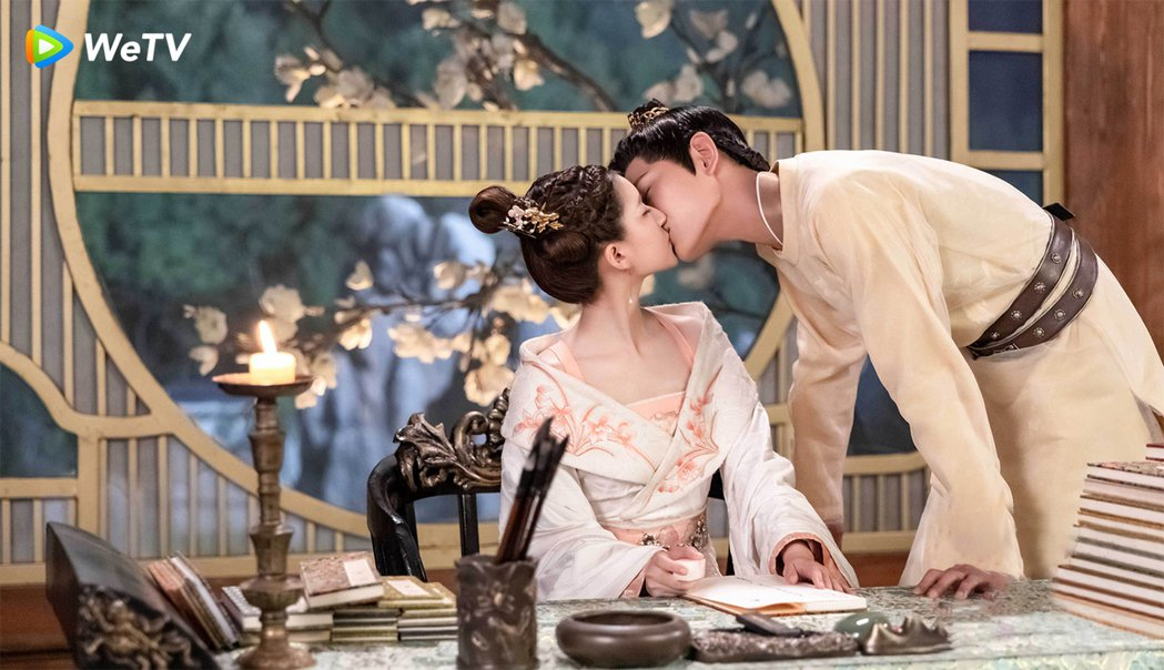 趙露思(左)、丁禹兮在「傳聞中的陳芊芊」狂撒糖。圖/WeTV提供